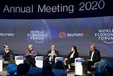 México aumentará su peso en la economía global, pero nunca más a costa de salarios bajos, advierte Márquez Colín en Davos.