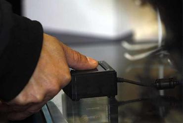 Retiros mayores a 9 mil 600 pesos en bancos, con huella dactilar