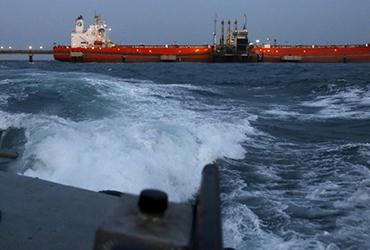Petróleo sube tras baja de inventarios de EU y recorte de producción de Arabia Saudita